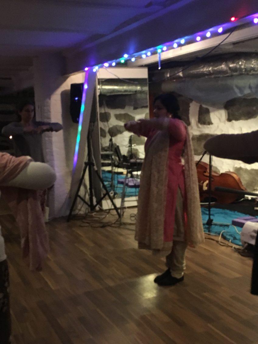Vår danslärare Usha Balasundaram 🙂 e10c925494701