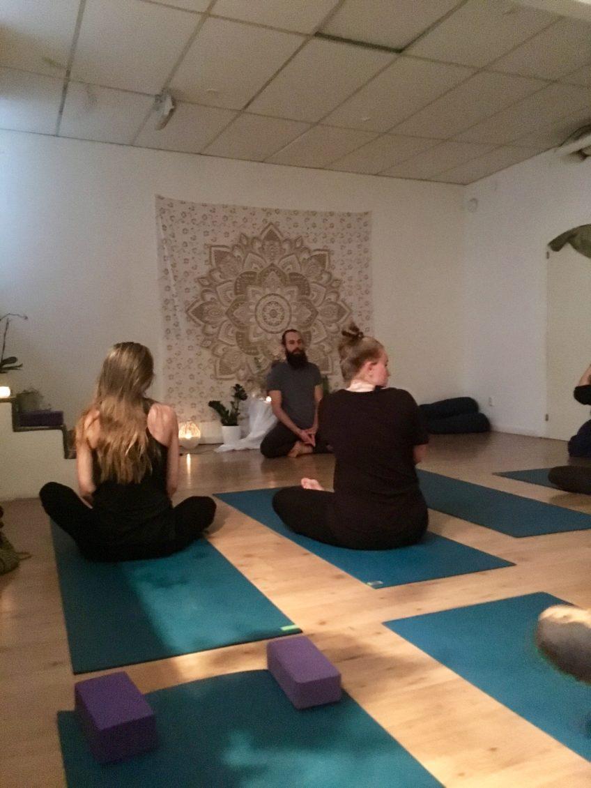 I bilden Mateusz Krawiez som höll i workshopen om improvisationen i yoga  flow. 55701d0c99c1c